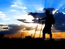 Escursione della siluetta di tramonto Immagine Stock