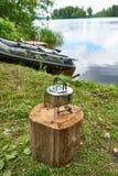 Escursione della stufa con il bollitore sul ceppo e sul peschereccio fotografie stock