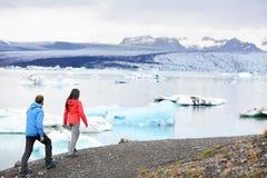 Escursione delle coppie sul lago del ghiacciaio dell'Islanda Jokulsarlon fotografia stock