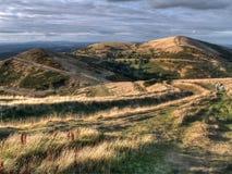 Escursione delle coppie sulle colline Immagine Stock