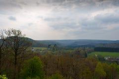 Escursione delle montagne nel Belgio di estate con le nuvole grige Fotografie Stock