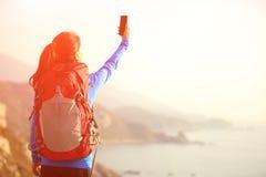 Escursione dello Smart Phone di uso della donna che prende foto Fotografie Stock Libere da Diritti