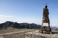 Escursione di Pico Ruivo, picco, tempo soleggiato con le nuvole basse e cielo blu, isola Madera, Portogallo fotografie stock libere da diritti