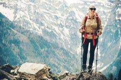 Escursione di viaggio della donna con lo zaino alle montagne Fotografie Stock