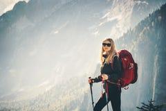 Escursione di viaggio della donna con lo zaino alle montagne Immagini Stock Libere da Diritti
