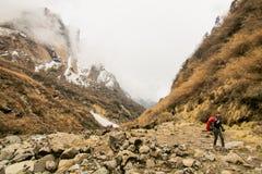 Escursione di viaggio di viaggiatore con zaino e sacco a pelo della donna in montagna all'aperto di vacanze estive attive di avve Fotografia Stock