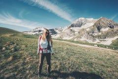 Escursione di viaggio di viaggiatore con zaino e sacco a pelo della ragazza in montagne Fotografie Stock Libere da Diritti
