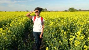 Escursione femminile della giovane donna dell'adolescente afroamericano della ragazza della corsa mista archivi video