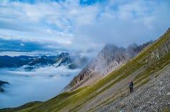 Escursione femminile nelle montagne delle alpi di Lechtal, Austria Fotografie Stock Libere da Diritti