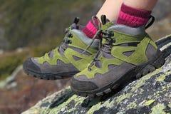 Escursione gli stivali paia e del fondo della montagna Fotografia Stock Libera da Diritti