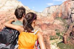 Escursione - le viandanti che esaminano la vista Zion National parcheggiano Fotografie Stock Libere da Diritti