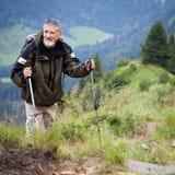Escursione maggiore attiva in montagne alte Immagini Stock Libere da Diritti