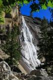 Escursione passata dalla cascata in parco nazionale di Yosemite negli Stati Uniti Fotografia Stock
