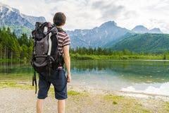 Escursione turista da dietro e del lago vicino alle alpi in Almsee in Austria Immagine Stock Libera da Diritti