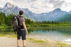 Escursione turista da dietro e del lago vicino alle alpi in Almsee in Austria Fotografie Stock