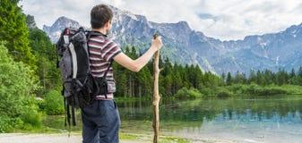 Escursione turista da dietro e del lago vicino alle alpi in Almsee in Austria Foto panoramica Immagine Stock