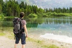 Escursione turista e del lago vicino alle alpi in Almsee in Austria Fotografie Stock