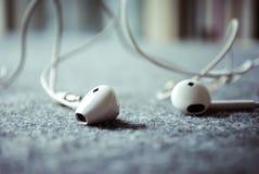 Escuta a música com fones de ouvido Fotos de Stock Royalty Free
