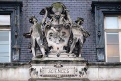 Escutcheon представляя науки, на задней части гостиницы de Ville, городской ратуши в Париже стоковое фото rf