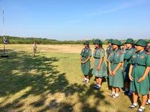 Escuteiras em Tailândia Schoolpracticing na terra que pratica wi Imagem de Stock Royalty Free