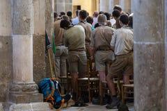 Escuteiros França do serviço de Vezelay da igreja foto de stock royalty free