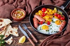 Esdoorn verglaasde butternut pompoen, eieren, worsten stock foto