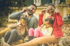 Ese ` s somos Familia que se ríe, gozando en la estación del otoño imagenes de archivo