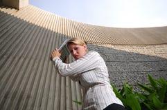 Esecutivo femminile corporativo fracassando il suo computer portatile   Fotografie Stock