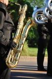 Esecutore che gioca il sassofono del baritono nella parata Immagini Stock Libere da Diritti