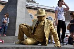Esecutore della via, statua vivente in costume dorato Fotografia Stock