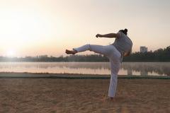 Esecutore di Capoeira vicino al lago nel parc Immagine Stock