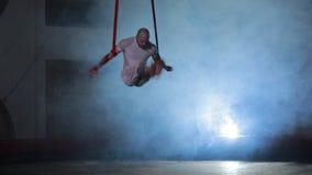 Esecutore di circo professionale che mostra acrobazia impressionante in scena