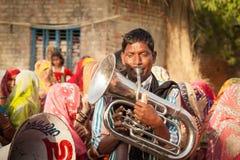 Esecutore locale indiano della banda di matrimonio del villaggio Fotografia Stock Libera da Diritti