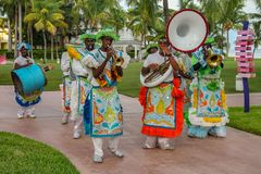 Esecutori di Junkanoo vestiti in costumi tradizionali ad un festiva immagine stock