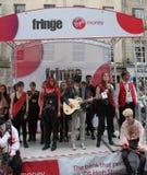 Esecutori durante il festival della frangia di Edinburgh immagine stock libera da diritti