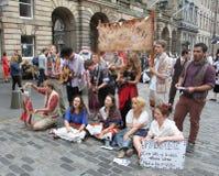 Esecutori durante il festival della frangia di Edinburgh fotografia stock
