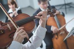 Esecuzione classica della sezione di corda dell'orchestra immagine stock