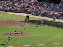 Esecuzione degli infielder dentro per afferrare parte concavo come tiri del Matt Cain Immagini Stock