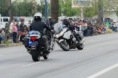 Esecuzione degli ufficiali del motociclo del dipartimento di polizia Fotografie Stock