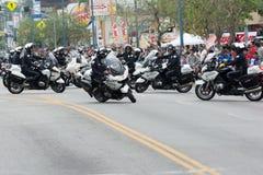 Esecuzione degli ufficiali del motociclo del dipartimento di polizia Immagine Stock