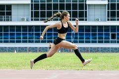 Esecuzione dell'atleta della ragazza del salto triplo Immagine Stock Libera da Diritti