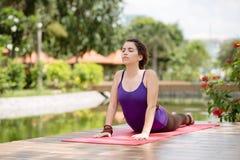 Esecuzione della posa di yoga della cobra Immagini Stock Libere da Diritti