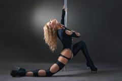 Esecuzione sexy attraente del ballerino del palo della donna Immagine Stock