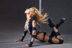 Esecuzione sexy attraente del ballerino del palo della donna Fotografia Stock