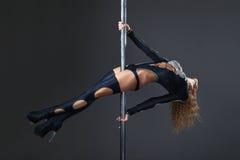 Esecuzione sexy attraente del ballerino del palo della donna Fotografia Stock Libera da Diritti