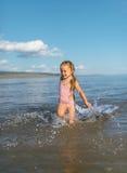 Esecuzioni della ragazza su acqua Fotografie Stock
