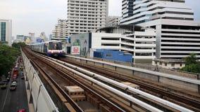 Esecuzioni di BTS Skytrain sulle rotaie elevate Fotografie Stock Libere da Diritti