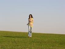 Esegua l'erba della ragazza immagine stock libera da diritti