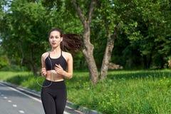 Eseguendo donna asiatica sull'eseguire pista Pareggiare di mattina L'addestramento dell'atleta immagini stock libere da diritti