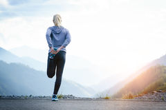 Eseguire allungamento Atleta alla cima della montagna Fotografia Stock Libera da Diritti